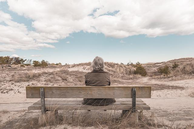 Starší žena na lavičce