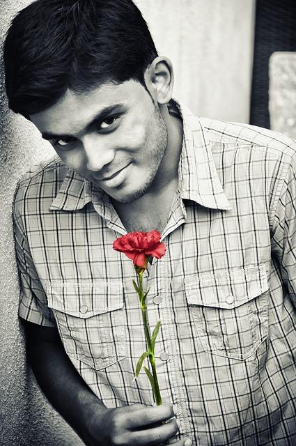 Flirtující muž s květinou